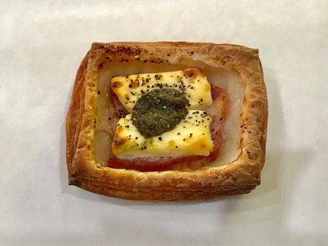 厚切りベーコンとクリームチーズのジェノベーゼのせ